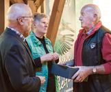 Ellen Kalkbrenner überreicht Elmar Daniel aus Pflaumheim seine Urkunde für 53 Jahre Mitgliedschaft