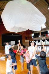 ミニ熱気球に歓声を上げる子どもたち