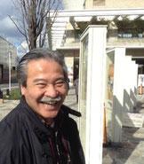 青空のほんおり暖かい日差しの下で笑顔で生き生きとしている阪田憲二郎先生