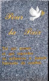 """Monument adossé à l'église de Vaux-en-Amiénois- """"Toi qui passes et qui regardes, tu refuseras à jamais l'atrocité du combat"""""""