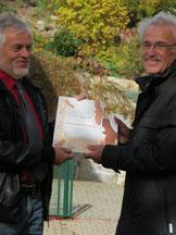 "Dr. Kurz (rechts) bei der Auszeichnung ""Lebensraum Kirchturm"" in St. Kilian"