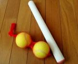 テニスボール2個と麺棒が必要です