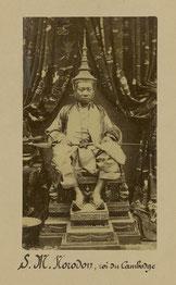 Sa Majesté le roi Norodom en costume d'apparat khmer.
