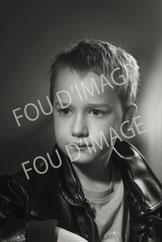 photo portait enfant de 10 ans en plan rapproché, noir et blanc, éclairage de studio fresnel harcourt.