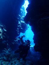 石垣島でのんびりダイビング「光刺すケーブのポイント」