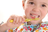 Zahnpflege soll Spaß machen. Wir zeigen Ihren Kindern, wie es geht. (© proDente e.V.)