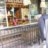 今年は拝殿正面に兜を飾った