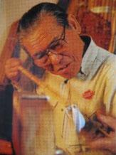 Мастер по традиционным изделиям в Мастерской Эдогава обрабатывает на огне бамбук, чтобы карбонизировать его и тем самым повысить его прочность.