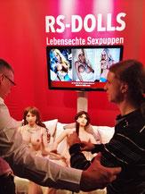 Sehbehinderte auf dem RS-Dolls Messestand prüfen Sexpuppen