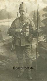 Emil Rauch als Gebirgsschütze in voller Ausrüstung, mit Gasmaske, Patronenbandoulier und Gebirgsstock. Sammlung Isonzofront.de