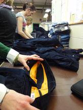 Die blauen Cordhosen der Cordhosenkampagne werden nach Herstellung geprüft.