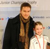 Simona zusammen mit Marco Chiudinelli, der die Medaillen überreichte