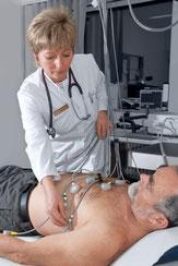 Artzhelferin legt EKG-Elektroden an
