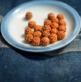 Rudraksha Samen auf einem Teller