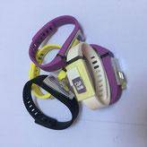 Bracelet en silicone décor en verre. Prix : 20€.