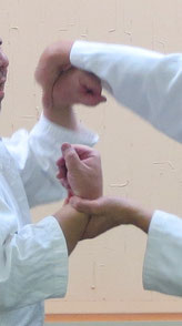 画像①取りの母指先は右方向へ反る。取りは両手で氣の巡り、受けの両手は縦に並ぶ。