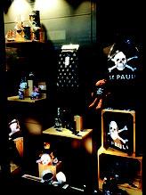 Schaufensterdekoration in der Galeria in Hamburg_Dekoration von Bekleidung.