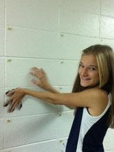 Seniors machen alle ihre Hände an die Wand