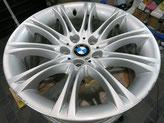 BMW525Mの純正シルバーアルミホイールの、ガリ傷・すりキズのリペア(修理・修復)前のホイール全景写真方向1