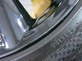 ミニ(MINI)・クーパーS・カブリオレの純正ブラックアルミホイールのガリ傷・すり傷のリペア(修理・修復)前のホイール4の傷の写真