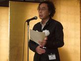 授賞式でスピーチする津村氏