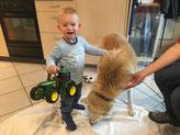 Timi zeigt mir seinen Traktor
