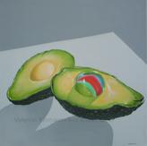 Avocado mit einer Murmel statt dem Kern