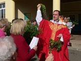 Dim. 9 avril - P. Joseph bénit l'assemblée dans la cour de l'école St Pierre de Pleyber-Christ.
