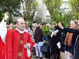 Dim. 9 avril - P. Daniel bénit l'assemblée dans les jardins de l'église St Mathieu (Morlaix).