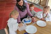 2. Wasser auf einen Teller schütten