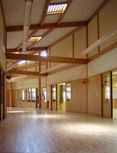 集成材木造平屋建て園舎。