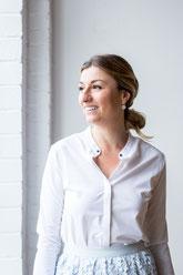 Photo portrait corporatif femme professionnelle debout bord de fenêtre chemise blanche et jupe Claudia Fofuca à Montréal Canada par Marie Deschene - Pakolla