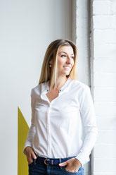 Photo corporative portrait femme professionnelle debout bord de fenêtre chemise et jean Claudia Fofuca à Montréal Canada par Marie Deschene - Pakolla