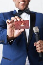 Portrait corporatif homme noir avec carte d'affaires CEO SS Animation animateur de mariages Sacha Salomon à Montréal Canada photo par Marie Deschene Pakolla