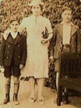 Heinz mit Mutter Amalie und Bruder Kurt (Foto: Privatbesitz Cläire Rosenhain)