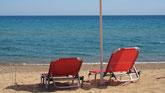 Rote Liegestühle am Menschenleeren Zaga-Strand