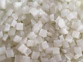 Nahaufnahme des Granulates aus Polyamid. Die Körner haben eine kantige Struktur.