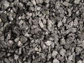 Aktivkohle Nahaufnahme. Die schwarze, körnige Aktivkohle ist hochporös und hat eine Körnung von 0,6 bis 2,00 mm