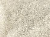 Ionentauscher Kügelchen Nahaufnahme. Die Ionentauscher Kügelchen aus Polyacrylat sind ca. 0,4 bis 1,6 mm groß. Sie sind weiß, opak und weitestgehend rund.