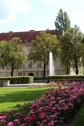 Ceciliengärten in Schöneberg: Park mit Rosen und Fontaine vor der Wohnanlage. Foto: Helga Karl