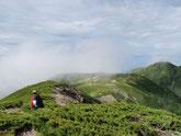 百閒平が近づいてきました。天空の稜線歩き。とても標高3000m近くには思えません