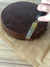 Den gesamten Kuchen mit der restlichen Marmelade bestreichen