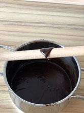 TEST: Bleibt eine 4 mm Schicht Guss auf einem Holzlöffel haften, so hat der Guss die perfekte Konsistenz