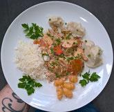 Teller mit Hühnchen-Gemüsepfanne mit Karotten, Yacon, Petersilie, Schnittknoblauch, CremeFraiche, Petersilie, und als Beilagen Topinamburpüree, Reis, gekochte Oca.