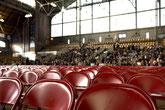 Stuhlreihen als Symbol für das Coaching von Auftrittsanst-Prüfungsangst-Redeangst