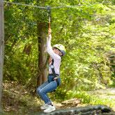 岐阜県美濃加茂市のみのかも健康の森のツリートップアドベンチャーは天然の木を使った遊具です。