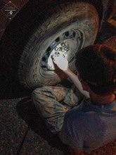 Reifenwechsel in der Dunkelheit