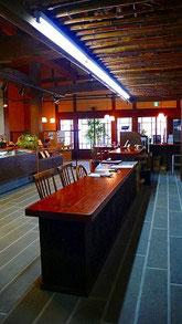 カウンター上部の天井「煤竹」