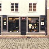 Bei JEM bekommt man Streetwear und Urbanwear Klamotten für Männer und Frauen. Zu finden in der Konstanzer Altstadt am Bodensee.