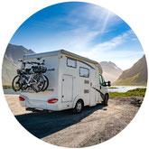 Eine ältere Frau und ein Mann liegen auf einer Luftmatratze in einem Hotel-Pool im Urlaub und freuen sich, dass sie so gut abgesichert sind mit einer Reiseversicherung der ERGO.